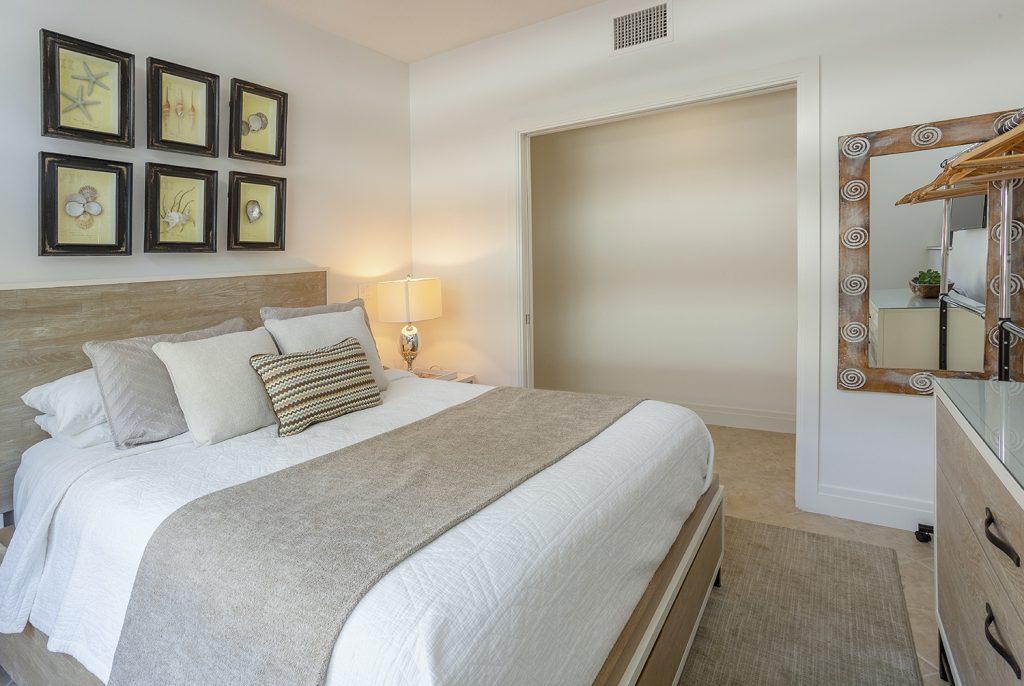 Second Bedroom Queen bed. Comfortable. Ceiling fan. New mattress. Plenty of pillows. Shell art.