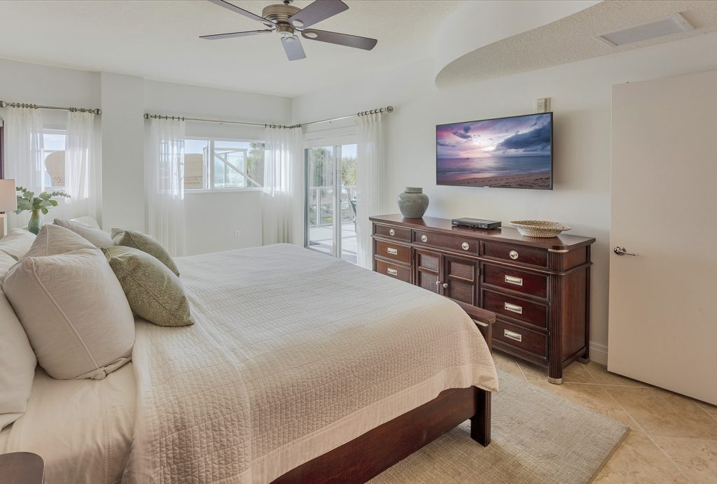 Master Bedroom. Quality linens. Private. Comfortable. Ceiling fan.