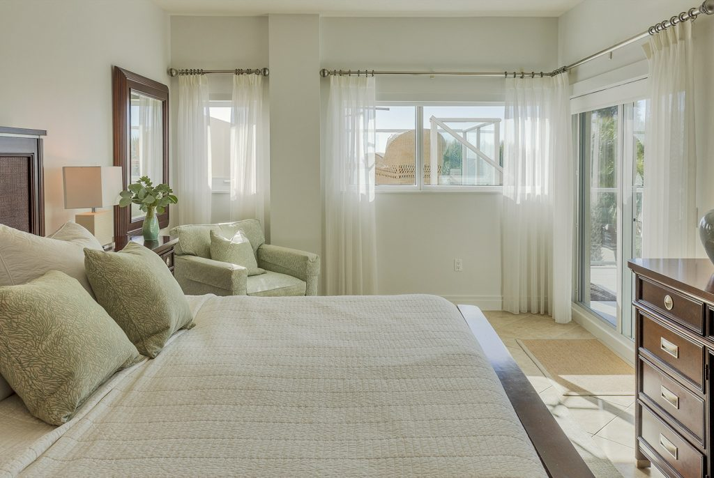 Master bedroom luxury. Quality linens, Comfortable King size bed. Spacious. Smart TV.