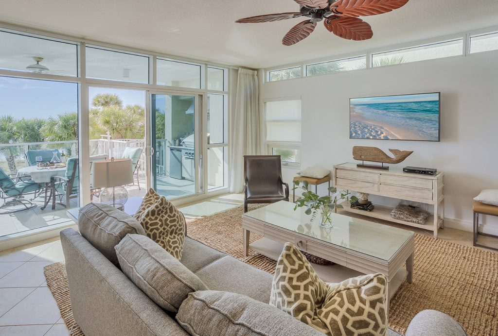 Smart TV. Family time. Ceiling fan. Beach view. Comfortable. Relaxing. Natural Light